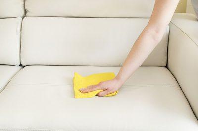 איך לנקות את הכתמים העקשניים ביותר מהספות?